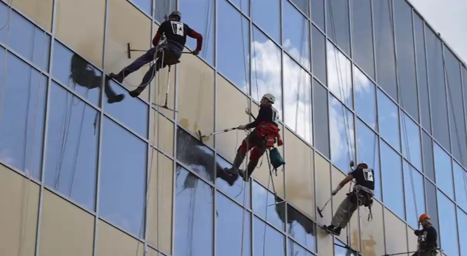 Мойка окон высотного здания промышленными альпинистами – легко и быстро вместе с «ПРОМАЛЬП 21 ВЕК»
