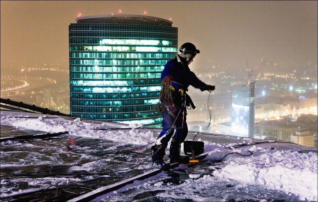Уборка снега с крыш любой сложности